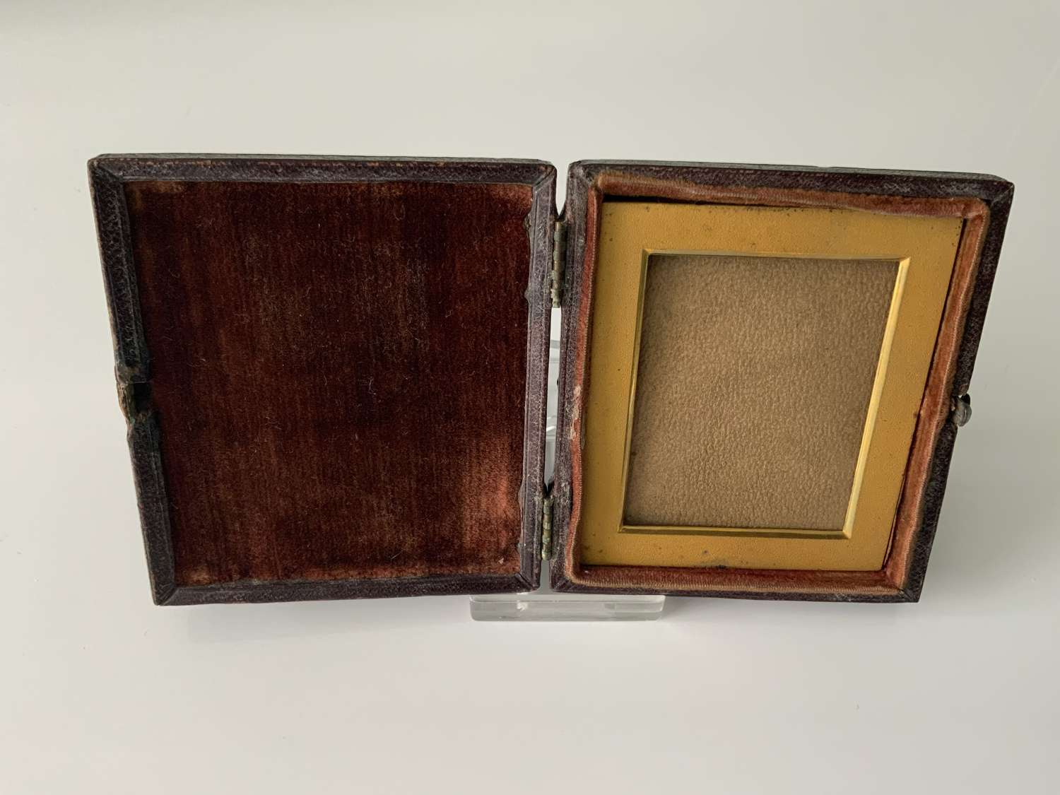 Travelling picture photograph frame